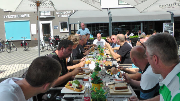 De lunchstop stond halverwege de toer gepland bij restaurant 'De Smickelaer'.